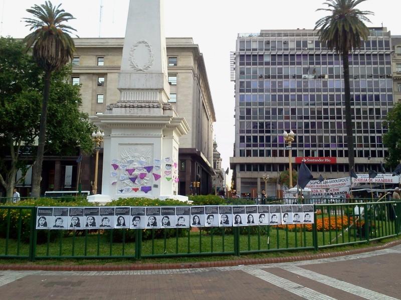 6 de noviembre de 2012, Plaza de Mayo, Arg. La mirada no baja y la palabra no se agota. Intervenimos la Plaza de Mayo en solidaridad con la Campaña Autónoma contra la Violencia Sistemática de Género junto a la Colectiva Santa Concha. Foto: Rosario Castelli.